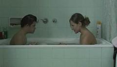 León y Olvido chapoteando en la bañera